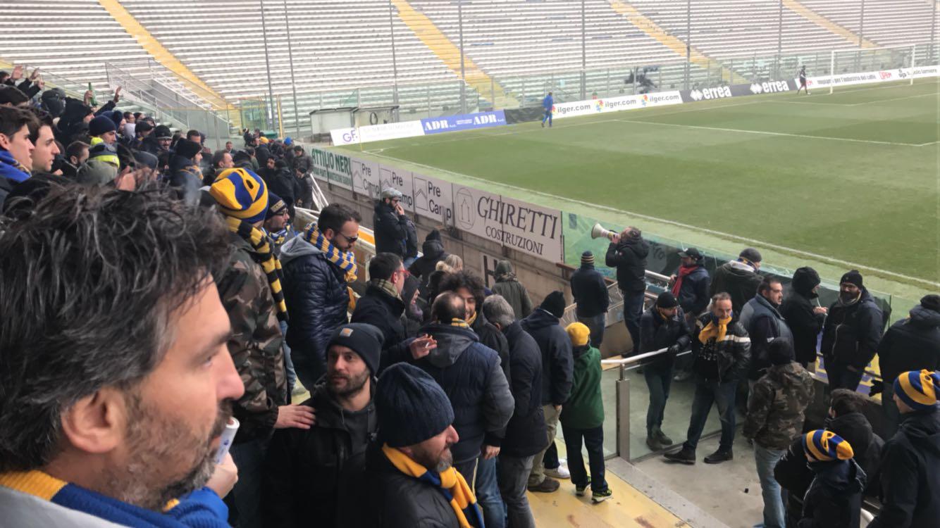 Tensione prima di Reggiana-Parma pullman ducale preso a sassate