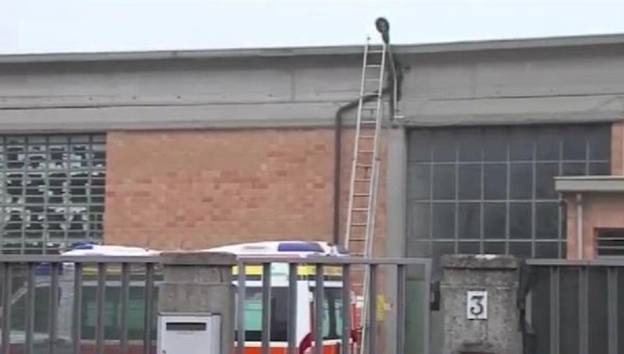 Parma, precipita dal tetto di un magazzino: muore operaio