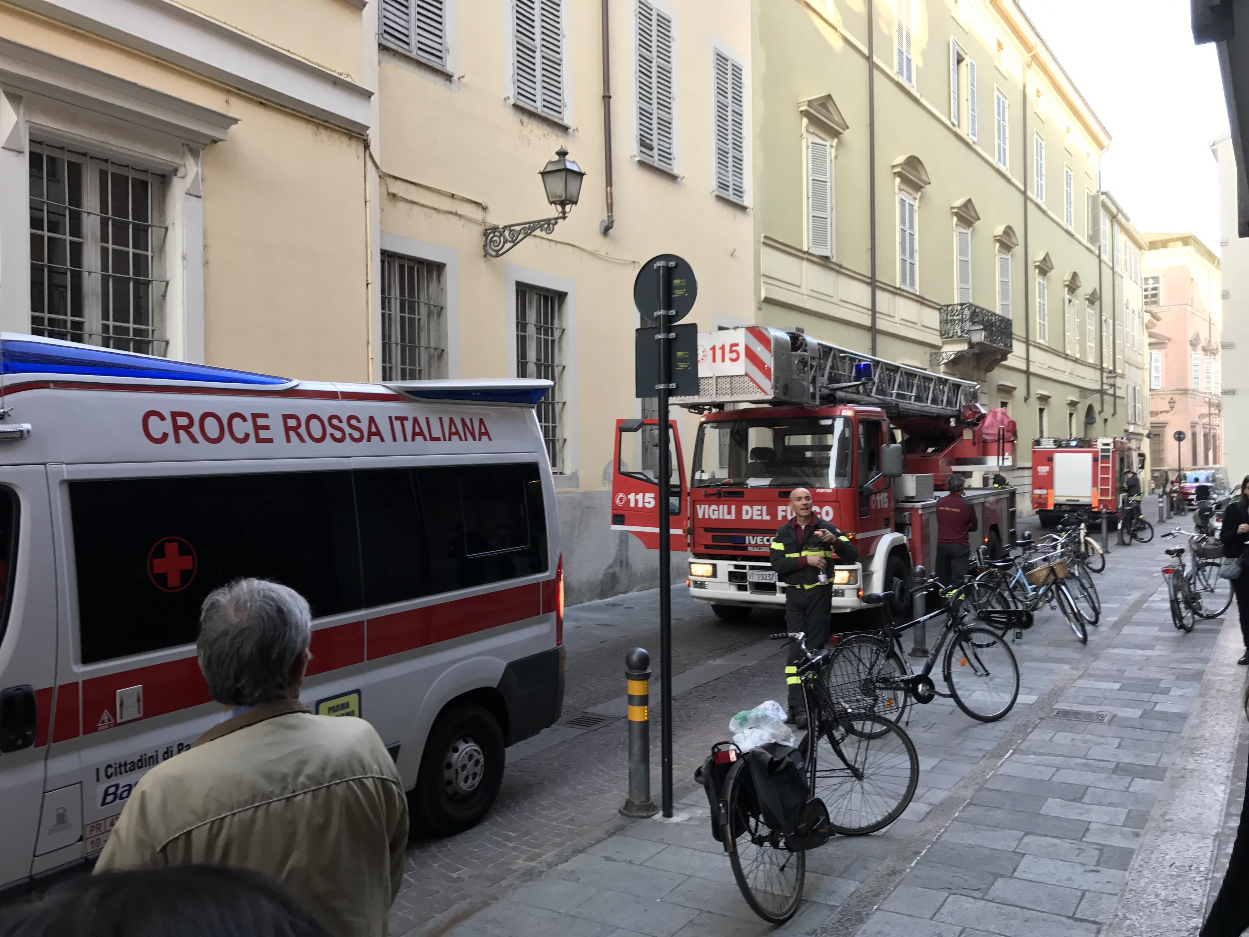 Roma, fiamme in un appartamento all'Ostiense: salvato un anziano