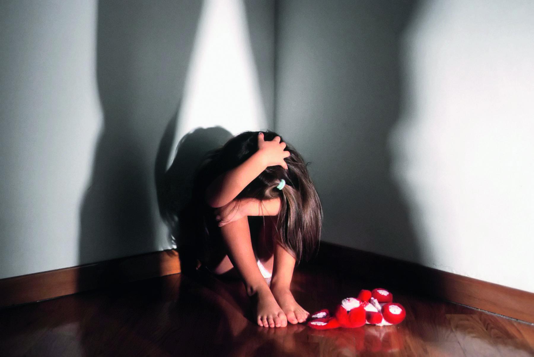 Tragedia a Mantova, suicidio di coppia davanti a figlia di 6 anni