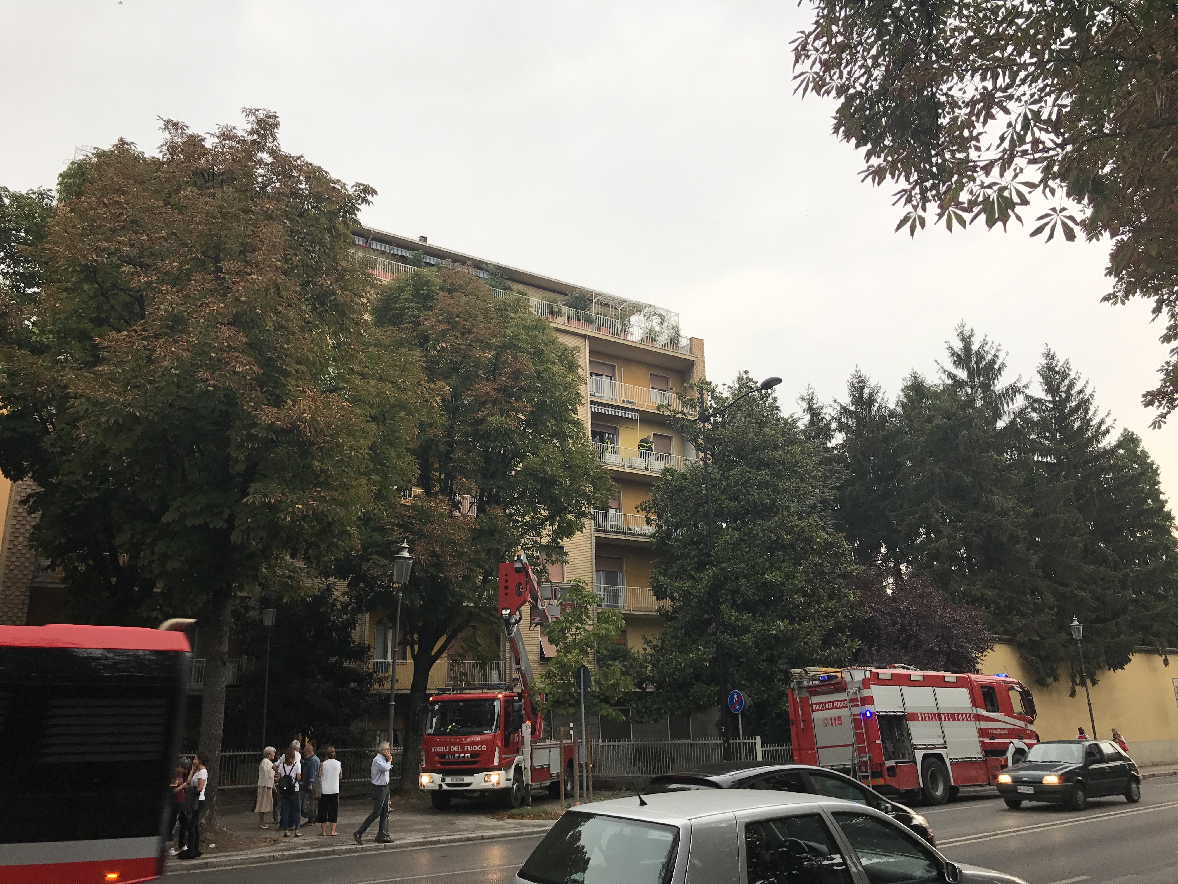 Stradone fiamme su un balcone vigili del fuoco al lavoro for Lo stradone