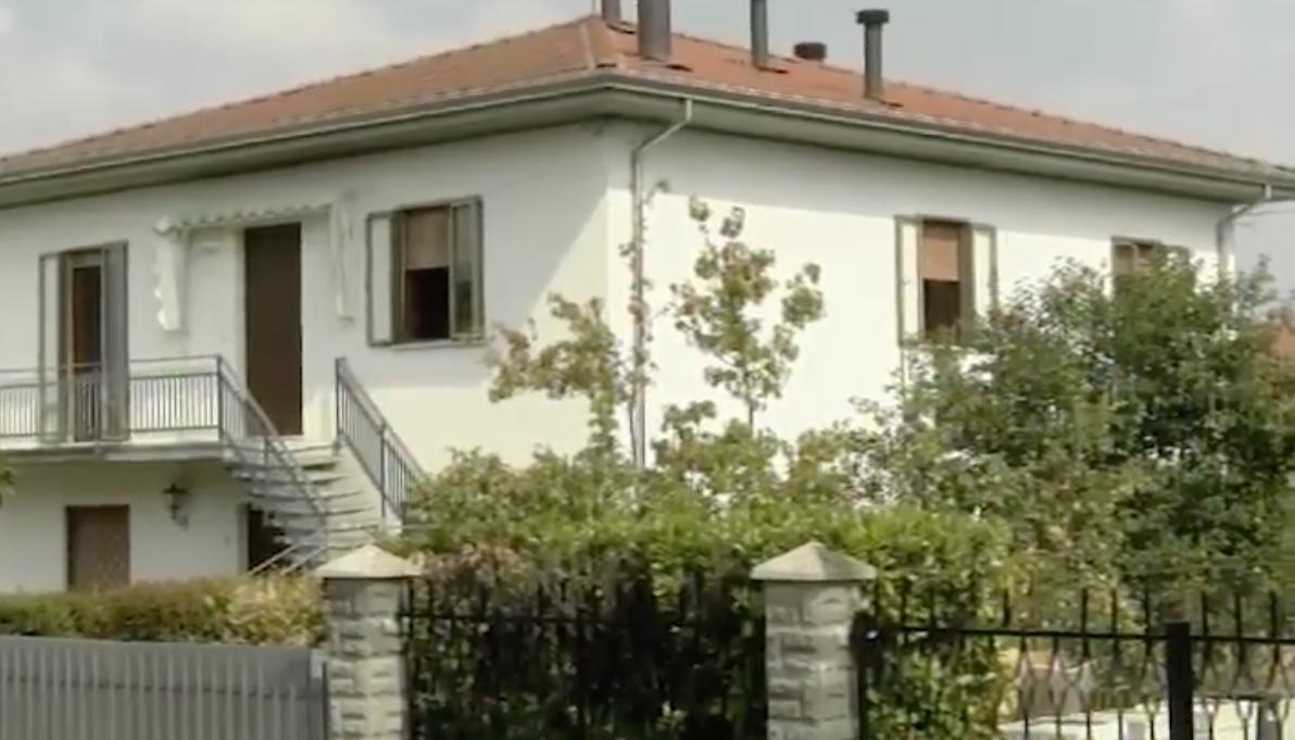Parma, accoglie in casa alcuni migranti: