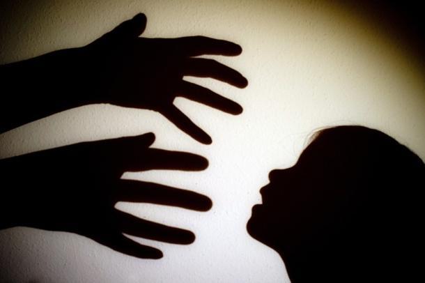 Tenta strangolare figlia di un anno
