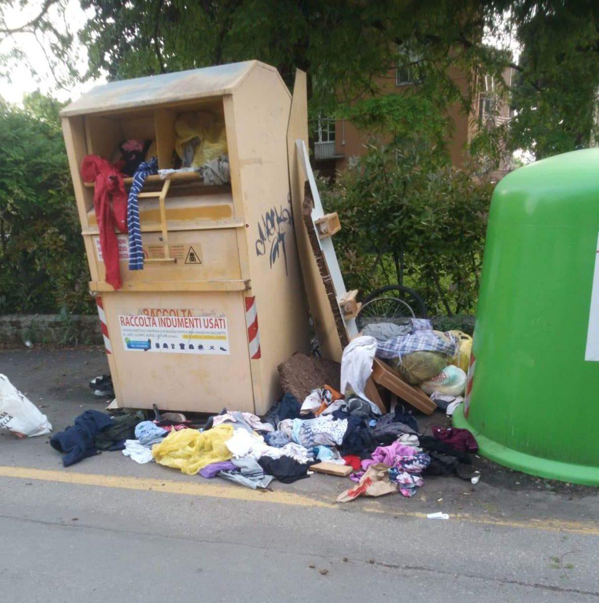 Assalto ai cassonetti della raccolta vestiti usati. Via Sassari viene presa  di mira dai disperati. 7f609f611b4